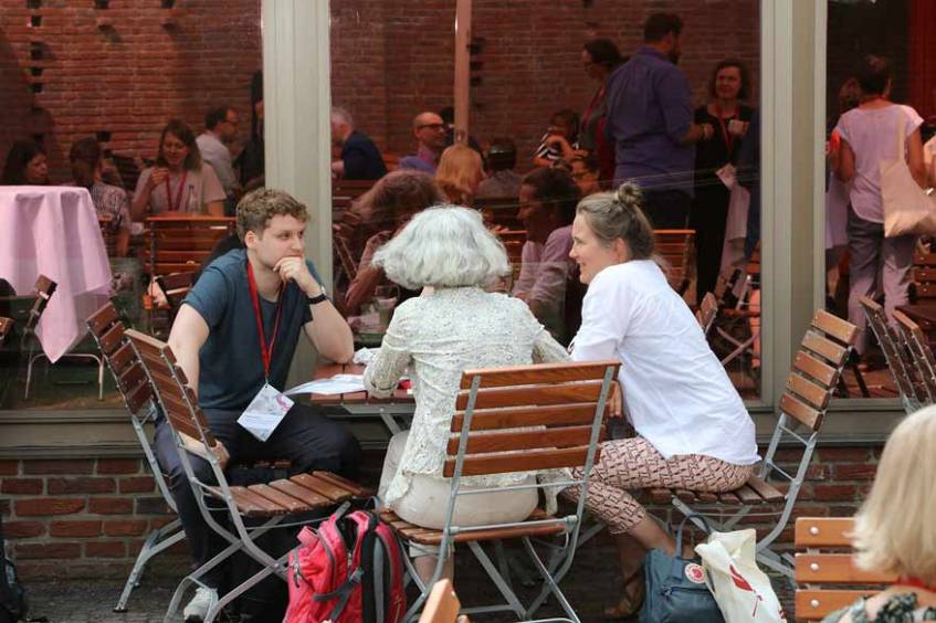 Exchange and discussions in the inner courtyard of the Tagungswerk Jerusalemkirche during breaks, photograph: Hans-Georg Schöner (CC BY 4.0 International)