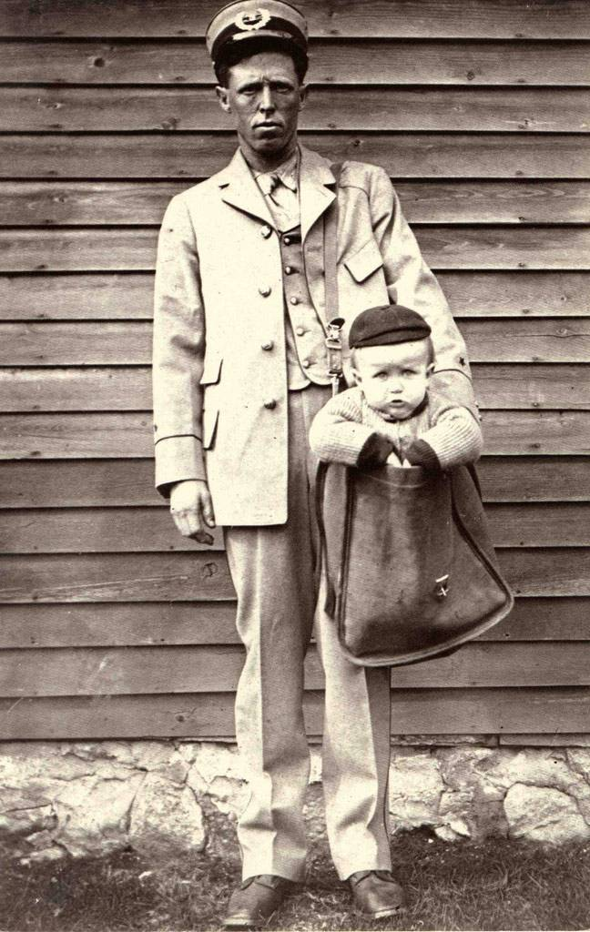 """Uniformed Letter Carrier with Child in Mailbag"" (circa 1900), Fotograf: unbekannt, National Postal Museum, Curatorial Photographic Collection"