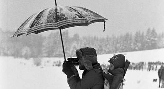 Thema des Monats: Die Geschichte des Regenschirms und seiner sozialen Konsequenzen