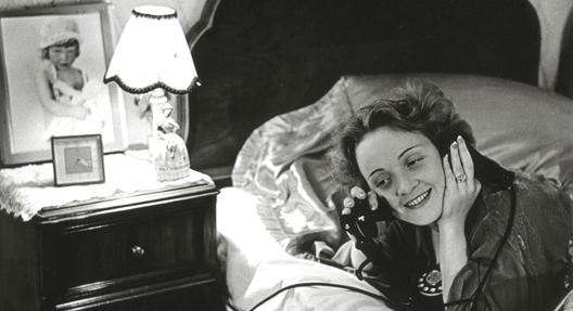 Erich Salomon, Marlene Dietrich telefoniert aus Hollywood mit ihrer Tochter in Berlin, 1930