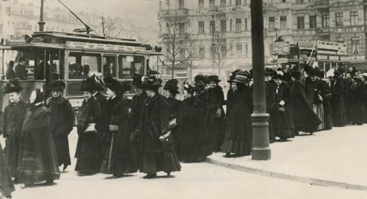 """""""Demonstrationszug in den Straßen Berlins für das Frauenwahlrecht am """"Internationalen Frauentag"""" (19. März 1912), Deutsches Historisches Museum Berlin"""