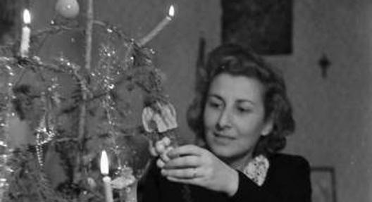 """""""Bukarest: Frau Bogdan, am Weihnachtsbaum"""", Fotograf: Willi Pragher, Landesarchiv Baden-Württemberg (CC BY 3.0 Deutschland)"""