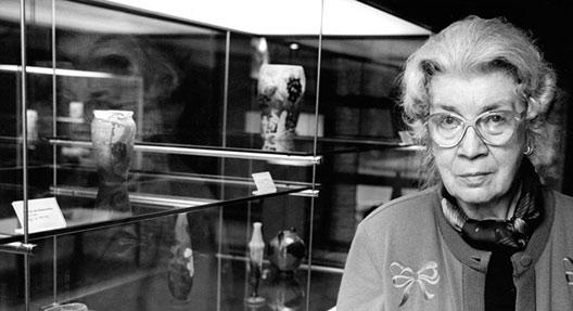 Gerda Koepff bei der Ausstellungseröffnung in der Tonhalle, Düsseldorf, 1998. Foto: Wilfried Meyer. CC BY-NC-ND.