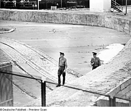 Blick über die Staatsgrenze zu Westberlin/Berliner Mauer am Brandenburger Tor