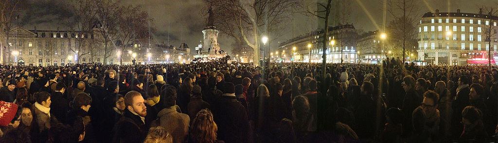 Demonstranten am Platz der Republik in Paris am Abend des Attentats – JeSuisGodefroyTroude [CC BY-SA 4.0], via Wikimedia Commons