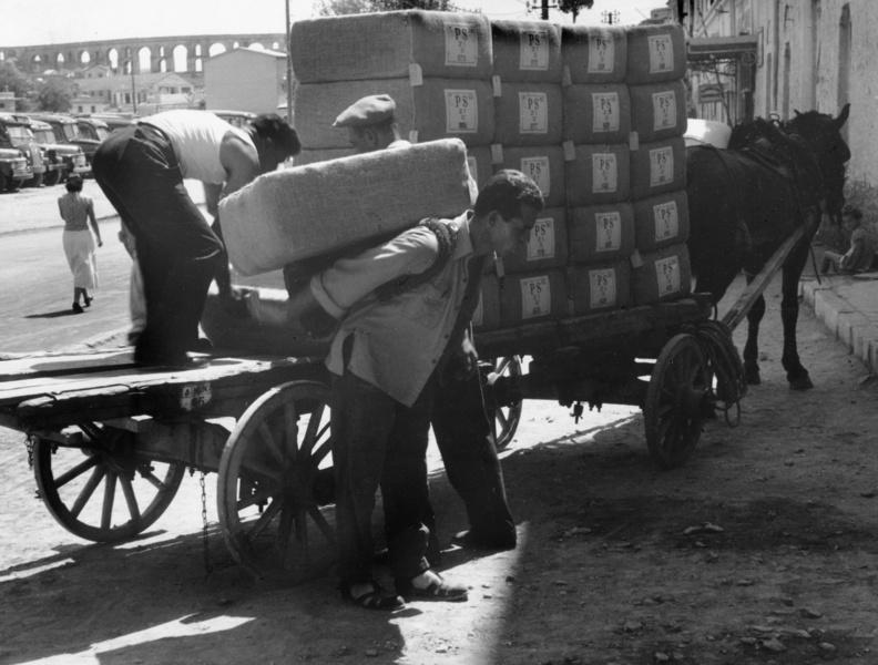 Tabak-Ballen werden verladen, Griechenland, aus der Serie 'Die Welt des Tabaks', Foto: Ehrhardt, Alfred (1956)