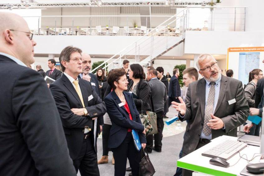 Geschäftsführer Finanzen, Recht, Kommunikation Frank Frischmuth (rechts) und Mitarbeiter für Produktentwicklung und Innovation Stephan Bartholmei (links) am DDB-Stand; Foto: Bundesministerium des Inneren (BMI)