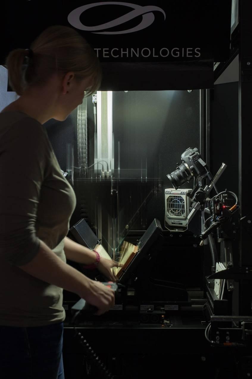 """""""Scanroboter, Digitalisierungszentrum, Sächsische Landesbibliothek – Staats- und Universitätsbibliothek Dresden"""", Fotograf: Jürgen Keiper, Deutsche Digitale Bibliothek"""