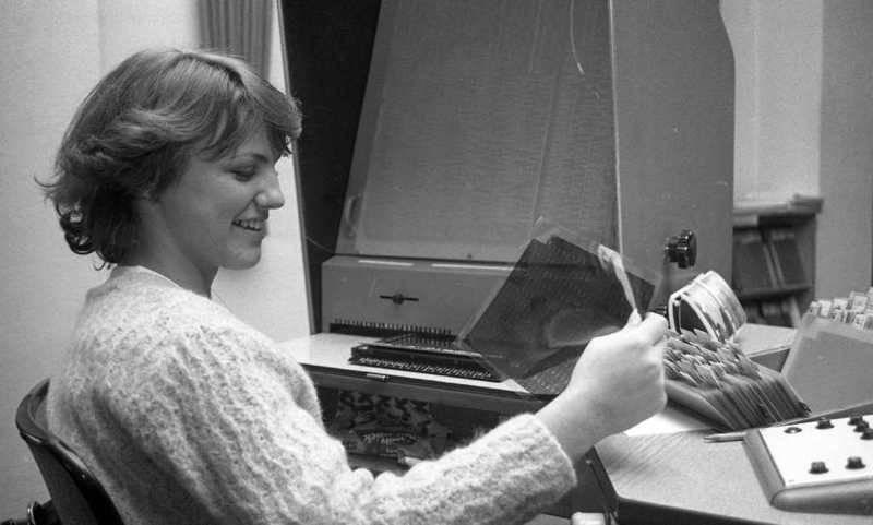 """""""Mikrofilm- und Bildschirmarbeit beim Fernmeldeamt Karlsruhe"""", Stadtarchiv Karlsruhe, 8/BA Schlesiger 1981 (Rechte vorbehalten - Freier Zugang)"""