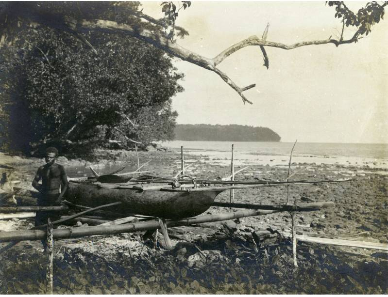 """""""Einbaum mit Fischspeeren und Haifischfanggerät"""" (Komalu vor 1910), Foto: Annette Hlawa (Reproduktion) Ethnologisches Museum, Staatliche Museen zu Berlin (CC BY-NC-SA 3.0 Deutschland)"""