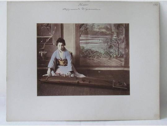 Koto-Spielerin (um 1902), Kusakabe Kimbei 日下部金幣 (1841 - 1934, Fotograf), Ethnologisches Museum, Staatliche Museen zu Berlin