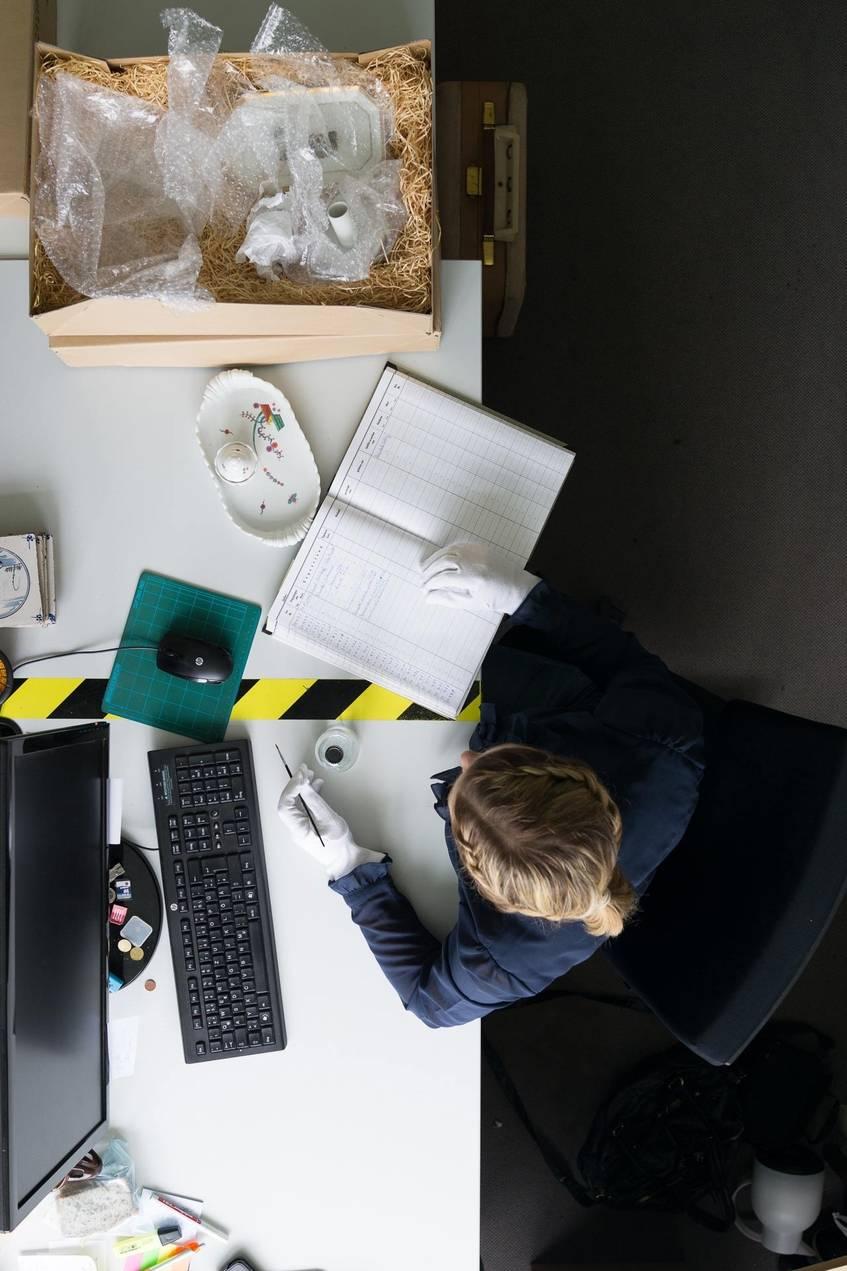 """""""Inventarisierung mit Computer und Inventarbuch, Museumsdorf Cloppenburg – Niedersächsisches Freilichtmuseum"""", Fotograf: Jürgen Keiper, Deutsche Digitale Bibliothek"""