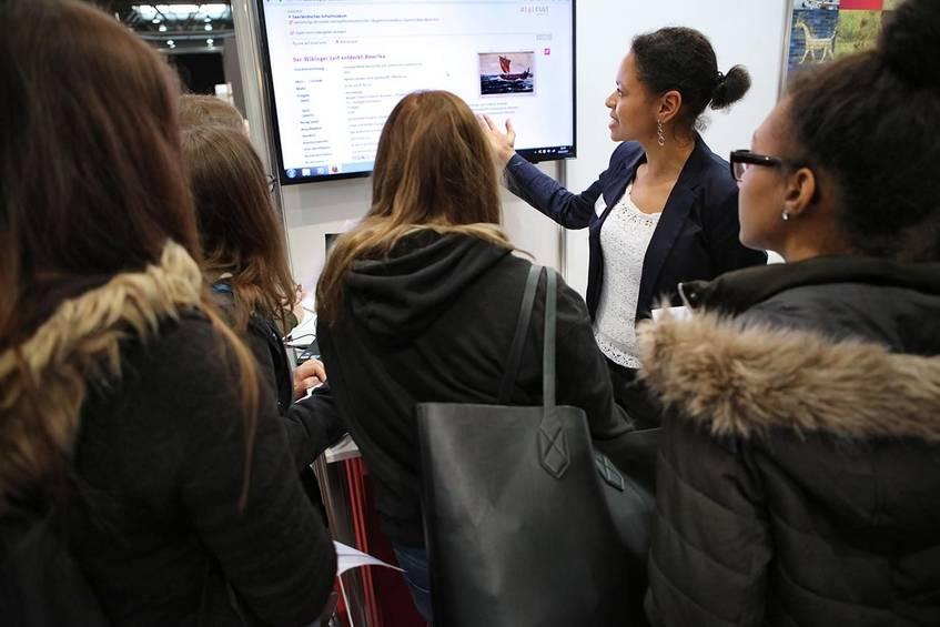 """Nadine Seidu (am Monitor) mit einer der teilnehmenden Schulklassen der Thementour """"Digitale Medien""""; Foto: Hansgeorg Schöner"""