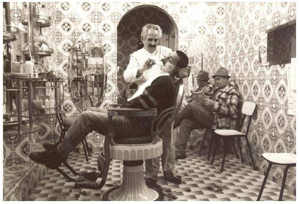 """Michael WALDMANN – AT THE BARBER'S"" (Portugal, 1990), Museum of Hairdressing (CC BY-NC-ND 3.0 Germany)"