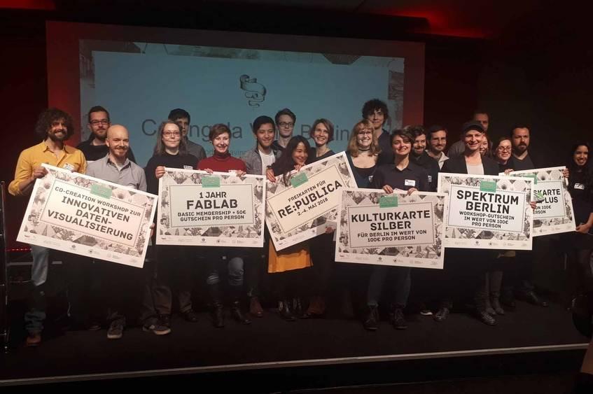 Die Gewinner von Coding da Vinci 2017 mit ihren Preisen, Foto: Wiebke Hauschildt/Deutsche Digitale Bibliothek