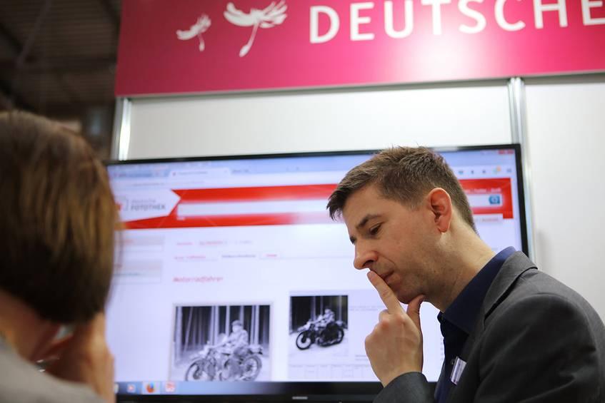 Wolfgang Krauth im Gespräch mit einer Besucherin; Foto: Hansgeorg Schöner