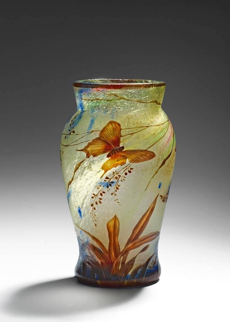 Vase mit Frauenschuh und Schmetterling, ca. 1896 – 1904 Alphonse-Georges Reyen. Glasmuseum Hentrich, Düsseldorf. Foto: Studio Fuis, Copyright Museum Kunstpalast.