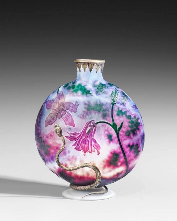 Vase mit Akeleien und Halterung aus Silber, ca. 1898 – 1900 Daum Frères. Glasmuseum Hentrich, Düsseldorf. Foto: Studio Fuis, Copyright Museum Kunstpalast.