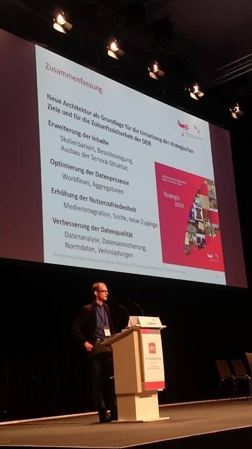 Uwe Müller, Geschäftsführer Technik, Entwicklung, Service der Deutschen Digitalen Bibliothek, stellt die neue Architektur vor.