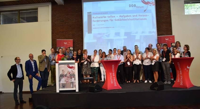 Die Verantwortlichen der Sessions und des Begleitprogramms sowie ReferentInnen und HelferInnen gemeinsam auf der Bühne für das Abschlussbild, Foto: Wiebke Hauschildt/DDB (CC BY 4.0 International)