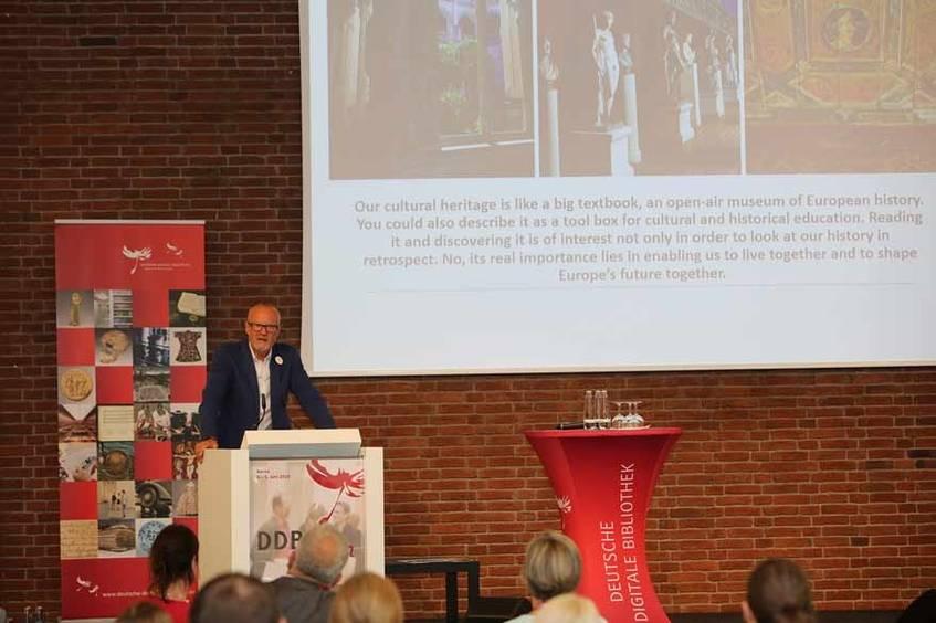 Dr. Uwe Koch, Leiter der Geschäftsstelle des Deutschen Nationalkomitees für Denkmalschutz (DNK), bei seiner Abschluss-Keynote, Foto: Hans-Georg Schöner (CC BY 4.0 International)