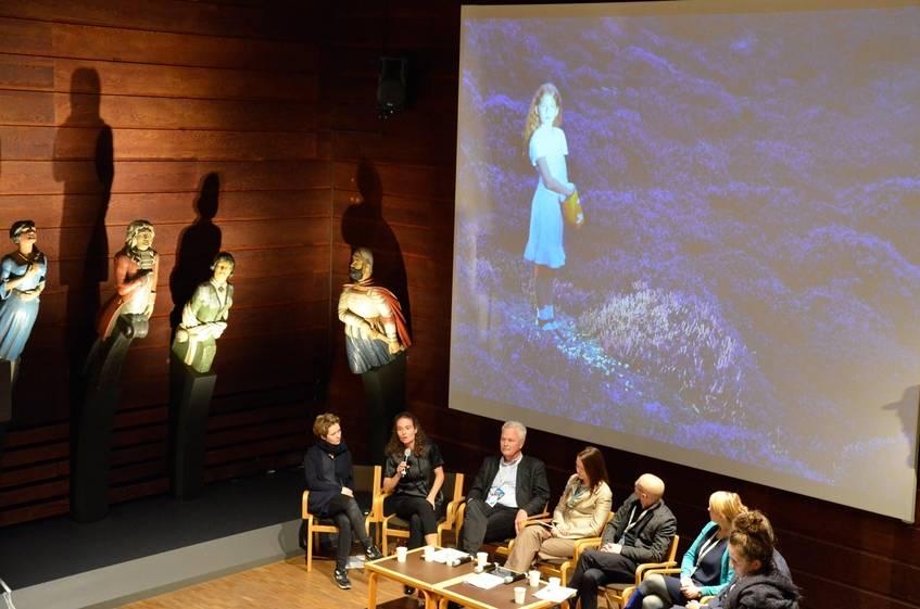 Künstlerin Anja Jensen im Gespräch - im Hintergrund eines ihrer Werke