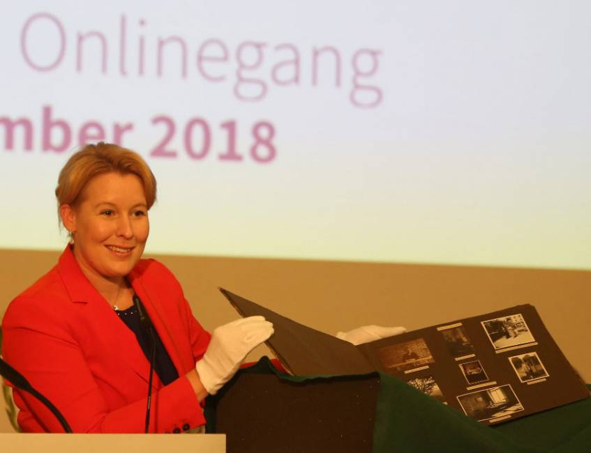 Federal Minister Giffey presenting a photo album by Alice Solomon at the online launch of the Digitales Deutsches Frauenarchiv (Photo: Digitales Deutsches Frauenarchiv/Tanja Schnitzler).