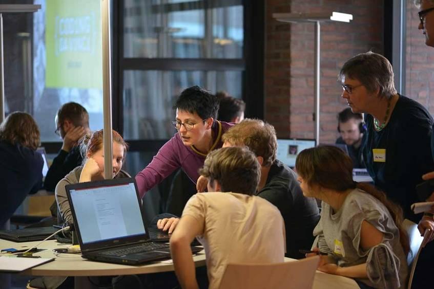 Schnell fanden sich die Teilnehmerinnen und Teilnehmer in Projektteams zusammen. Fotografin: Diane von Schoen (CC BY 4.0 International)