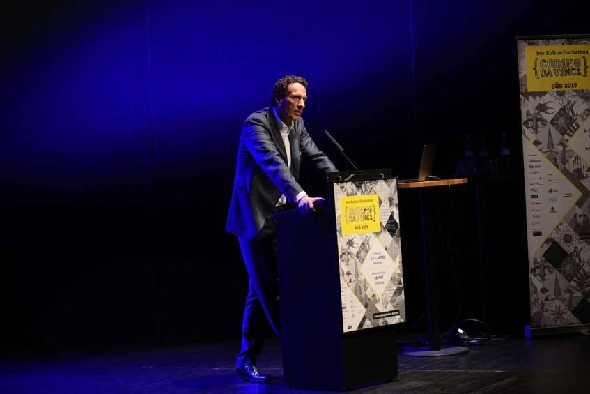 Prof. Dr. Julian Nida-Rümelin während seines Vortrags bei der Preisverleihung von Coding da Vinci Süd. Foto: Coding da Vinci Süd/Diane von Schoen (CC BY 4.0 International)