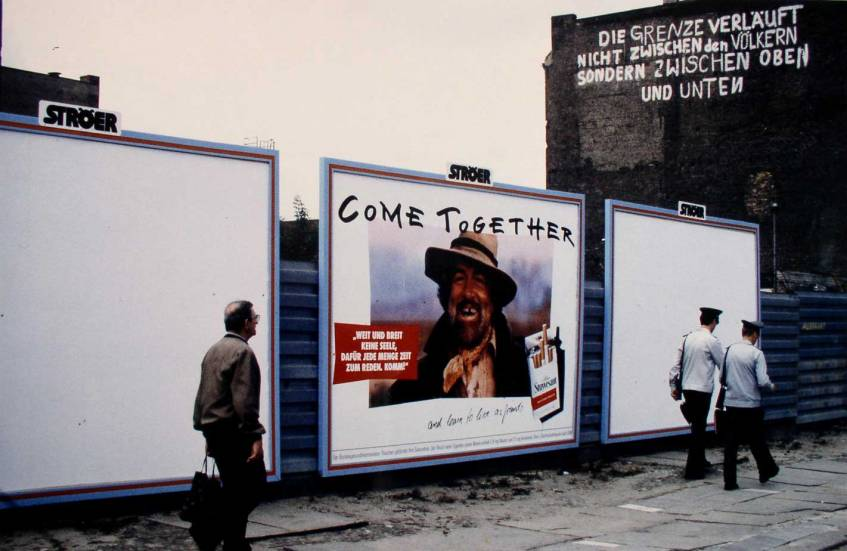 """""""Serie: Mauerfall/Deutsche Einheit: Berliner Mauer Werbung """"Come Together"""" (Berlin, 1990), Foto: Birgit Schirmeier, Deutsches Historisches Museum"""