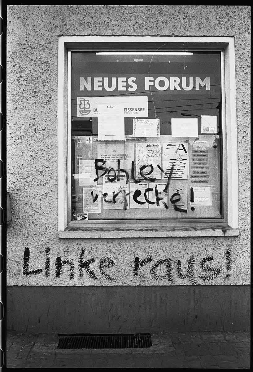"""""""Büro der Bürgerbewegung """"Neues Forum"""" mit der Aufschrift """"Bohley verrecke"""" und """"Linke raus"""" (1990), Fotograf: Gerd Danigel, SLUB/Deutsche Fotothek"""