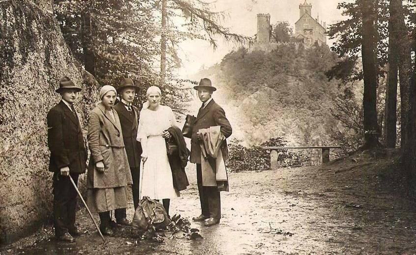 Wanderer an der Eisenacher Burg (Blidenstatt) mit Blick zur Wartburg, 1919, Fotografie. Eingesendet von Christel Schicht