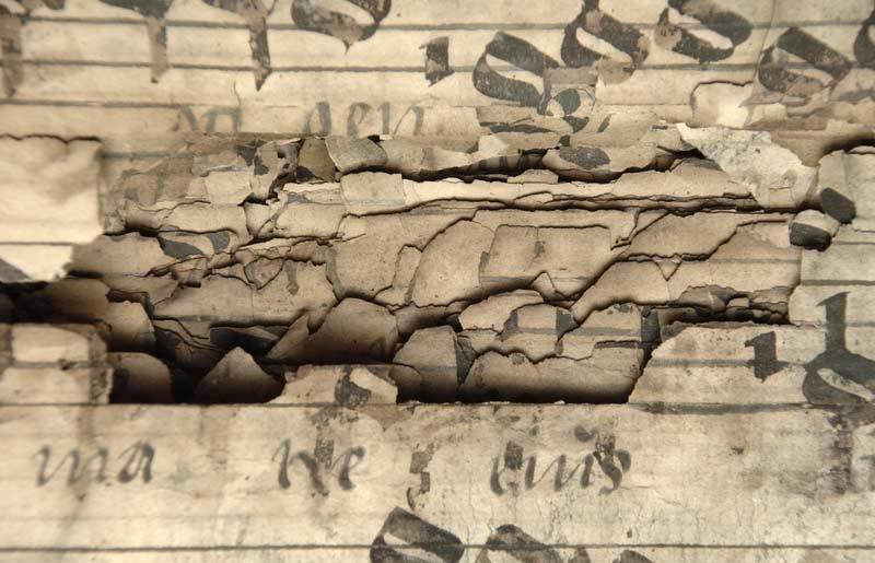 """""""Schadensbild: durchgebrochener Tintenfraß"""" (2006), Fotograf: Henrik Ahlers, Albert Weißenberger, Sächsische Landesbibliothek – Staats- und Universitätsbibliothek Dresden"""