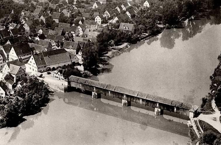 """""""Gedeckte Holzbrücke von 1787, 99 m lang"""" (1930er Jahre), Fotografie aus der Sammlung des Gemeindearchivs Benningen"""