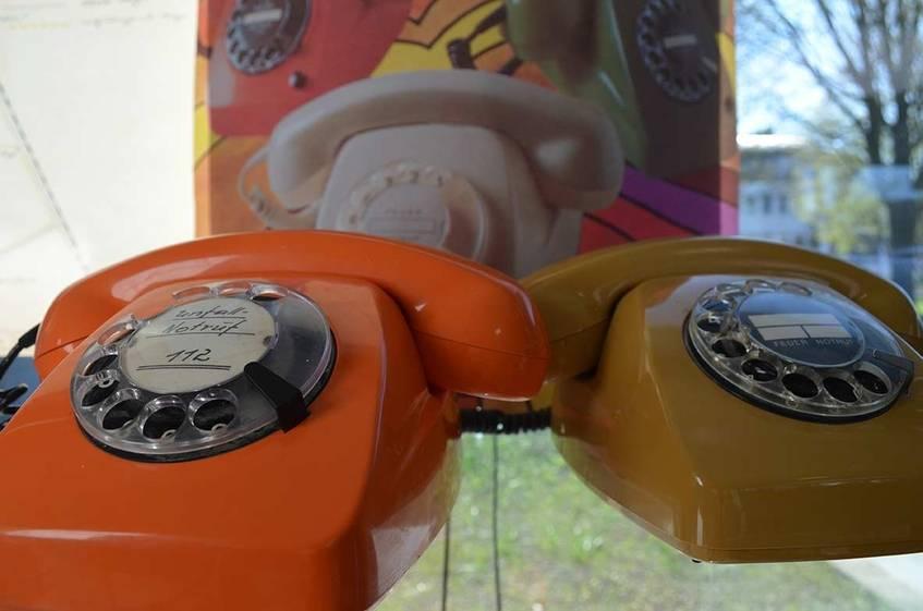 """""""Fernsprechtischapparate"""", Fotografie, 2020, Rathaus Bornheim, aus der Sammlung des Stadtarchivs Bornheim (CC BY-NC 3.0 Deutschland)"""