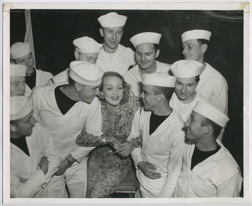 Marlene Dietrich (Great Lakes, 15.06.1942), U.S. Naval Official Photographs, Marlene Dietrich Collection Berlin, Deutsche Kinemathek – Museum für Film und Fernsehen, Public Domain