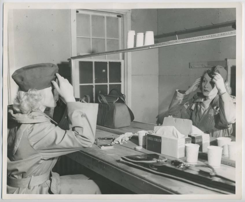 Marlene Dietrich (Fort Meade, März 1944), Fotograf: Benno J. Reisler, Marlene Dietrich Collection Berlin, Deutsche Kinemathek – Museum für Film und Fernsehen, Public Domain