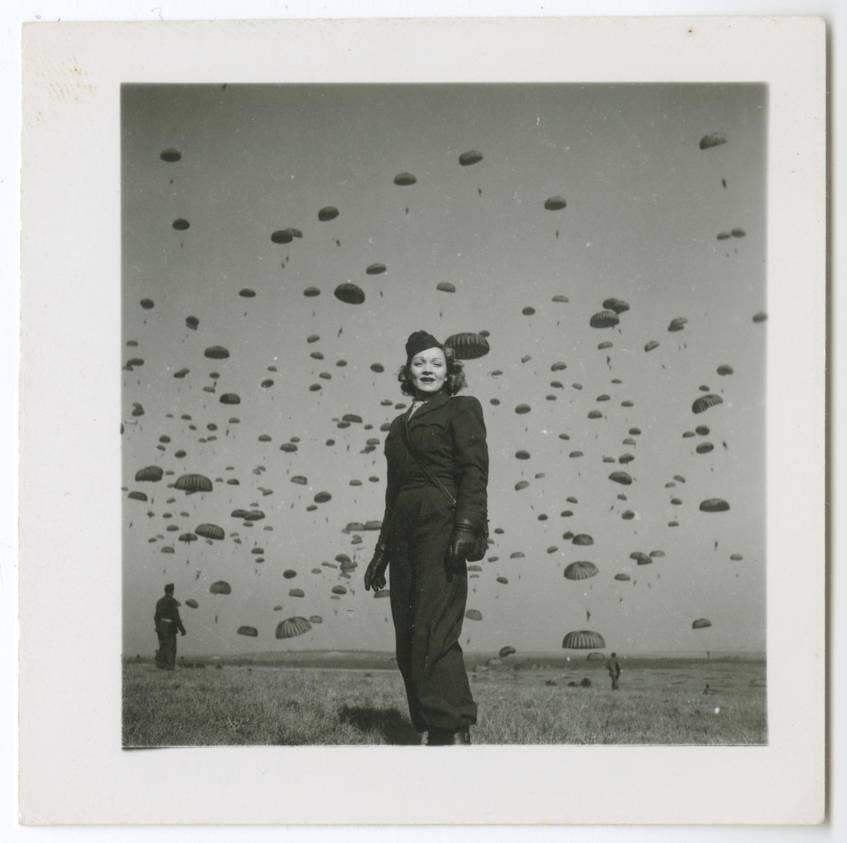 Marlene Dietrich, Fallschirm-Übungsspringen (Soissons, 13.03.1945), Fotograf: George Norton, Marlene Dietrich Collection Berlin, Deutsche Kinemathek – Museum für Film und Fernsehen, Public Domain