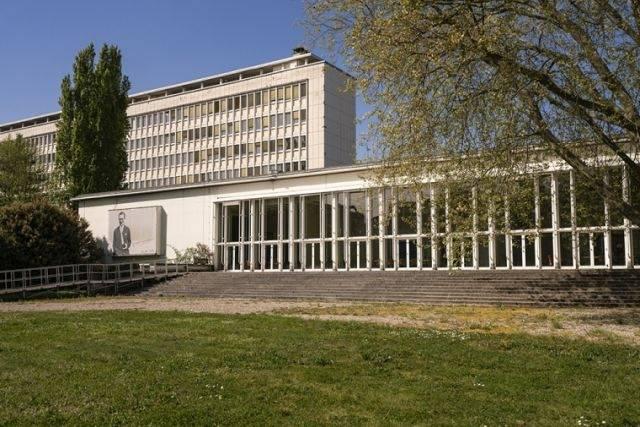 Die ehemalige französische Botschaft in Saarbrücken, 1951 vom Architekt Georges-Henri Pingusson gebaut. Lizenz: CC BY-SA 4.0, Henrik Elburn