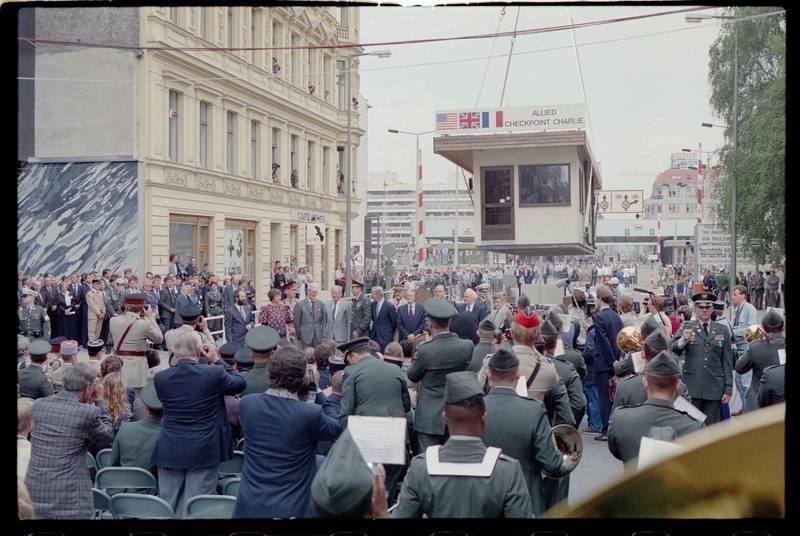 Abbau des Alliierten Kontrollhäuschens vom Checkpoint Charlie in Berlin-Kreuzberg (22.06.1990), Foto: AlliiertenMuseum/U.S. Army Photograph (Public Domain)