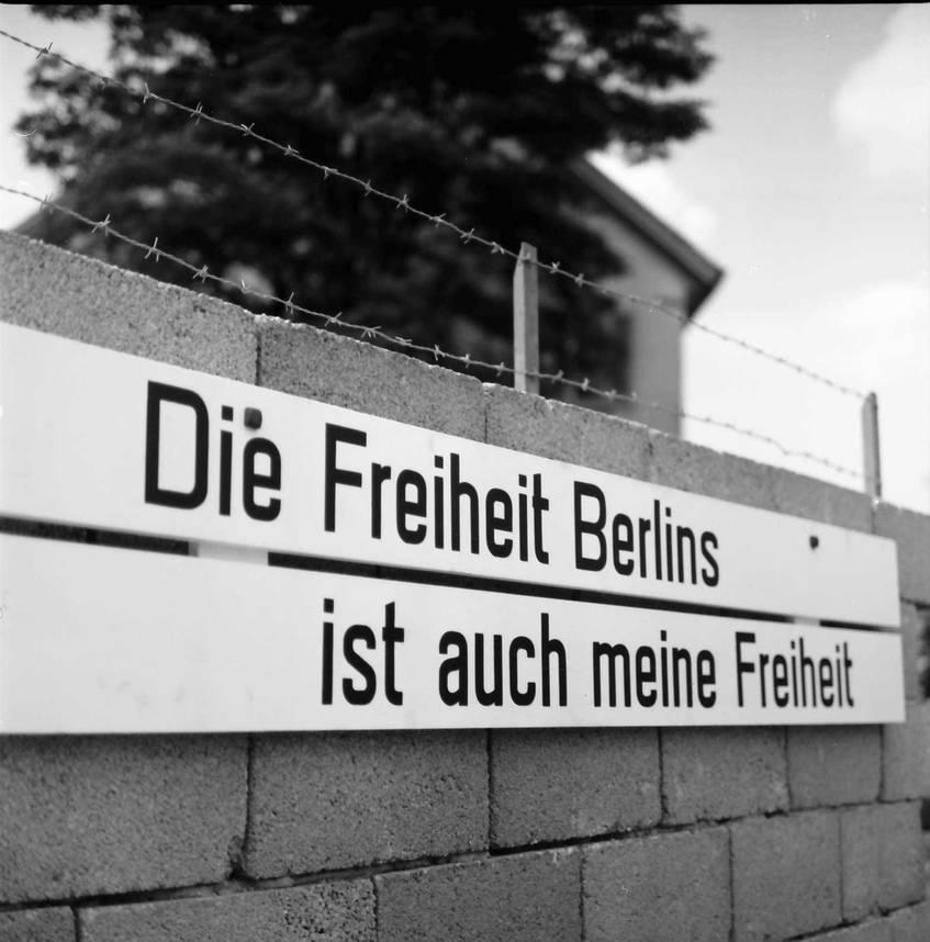 Lörrach: Demonstration gegen die Berliner Mauer / Fotograf: Willy Pragher, 1963 (Landesarchiv Baden-Württemberg, Abt. Staatsarchiv Freiburg W 134 Nr. 054467a, http://www.landesarchiv-bw.de/plink/?f=5-342960-1)