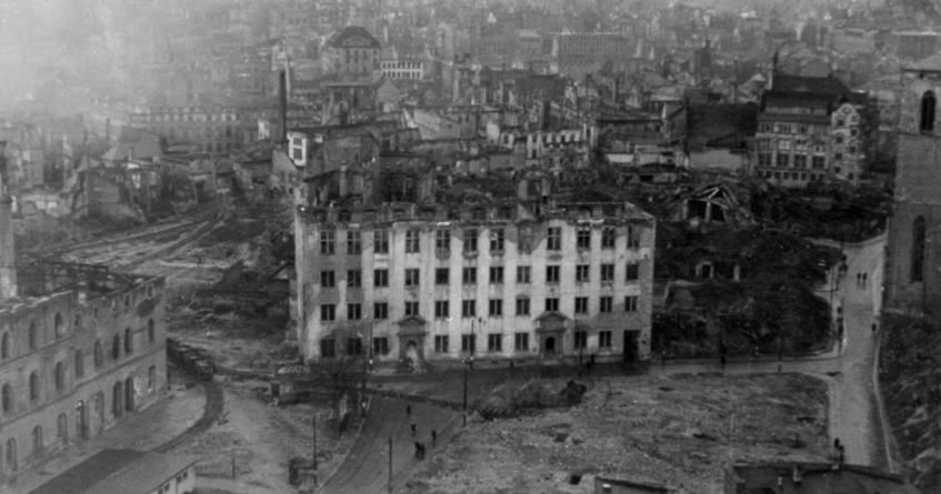 """""""(Luftaufnahme) Domus Universitatis und Mainzer Innenstadt nach Luftangriff 1945"""", unbek., Foto, o.D. [vor 1952], aus der Sammlung des Universitätsarchivs Mainz"""