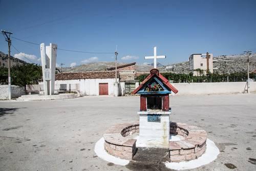 """Titelbild der Ausstellung """"Gott in Albanien"""""""