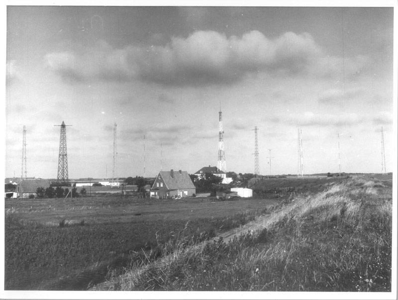 """""""Norden-Utlandshörn. Antennenanlage der Empfangsfunkstelle Utlandshörn und Gebäude der Betriebszentrale von Norddeich-Radio"""" (1968), SLUB Dresden / Deutsche Fotothek / Gustav Hildebrand"""