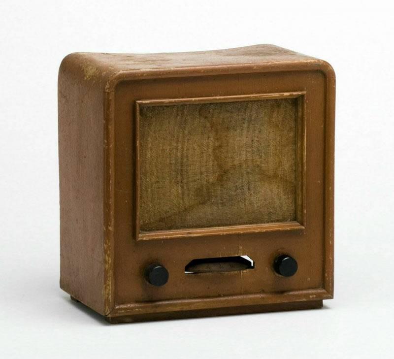 """""""Der Volksempfänger war als Rundfunkgerät schon konkurrenzlos billig. Noch preiswerter war der Deutsche Kleinempfänger (DKE), der 1938 nach massiver Unterstützung durch den Reichspropagandaminister auf den Markt kam und 25 RM kostete. Seinen Spitznamen """"Goebbels-Schnauze"""" erhielt das Gerät, weil die Stimme des Reichspropagandaministers wegen der schlechten Empfangsqualität in extremer Form zu hören war."""" (1939), TECHNOSEUM Landesmuseum für Technik und Arbeit in Mannheim CC 0 1.0 Universell – Public Domain D"""