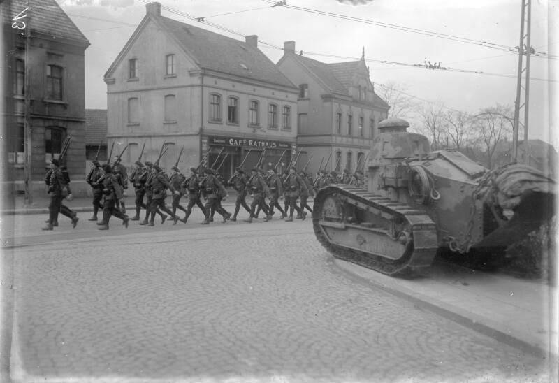 Ruhrbesetzung - Gelsenkirchen-Buer - Französische Gebirgsjäger mit Panzer Renault FT-17, Januar 1923. BArch, Bild 102-14186 / Fotograf(in): Pahl, Georg