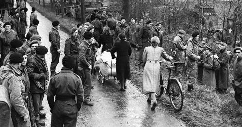 Eine britische Einheit wartet mit ihren Panzern am Kanal auf die Fertigstellung der Bailey-Brücke