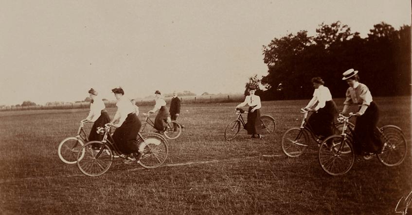"""""""Fahrradfahrerinnen"""" (1902-1910) Fotograf: Johann Heinrich Hamann, Museum für Kunst und Gewerbe Hamburg (CC0 1.0 Universell - Public Domain Dedication)"""
