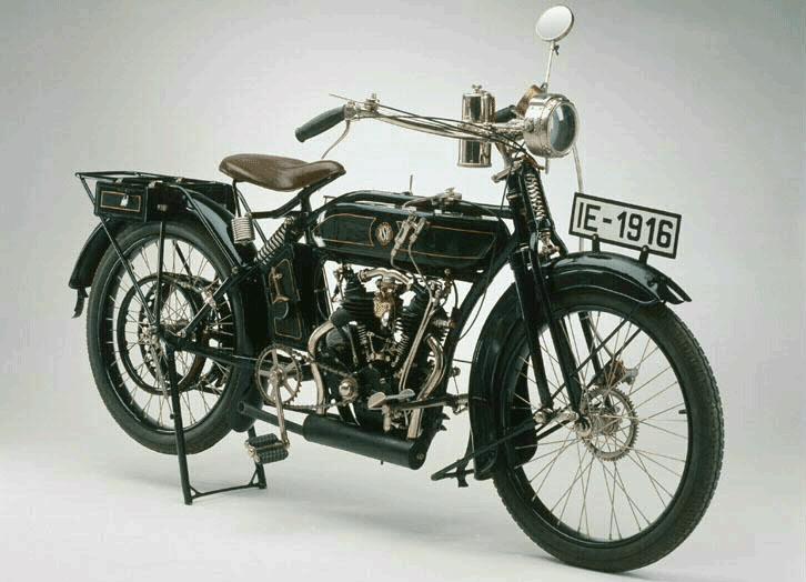 """Die NSU Fahrzeugwerke, ursprünglich ein Hersteller von Strickmaschinen, dann von Fahrrädern, war eine der ersten Firmen, die Motorräder baute. Schon zu Beginn des Ersten Weltkriegs wurden ihre Motorräder im als Meldefahrzeuge eingesetzt. Bald produzierte die Fabrik ausschließlich für das Militär: """"NSU Heeresmodell IE 1916"""", TECHNOSEUM Landesmuseum für Technik und Arbeit in Mannheim (CC0 1.0 Universell - Public Domain Dedication)"""