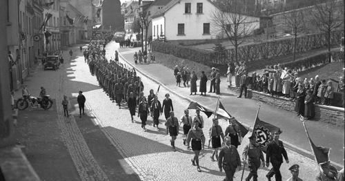 Umzug zum 1. Mai 1937 am Bahnhof in der Nähe des Kriegerdenkmals, Ort: Kierspe, Fotograf: William Hellmund